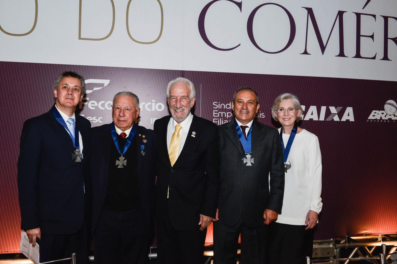 dc1300852 Os novos comendadores do comércio, acompanhados do presidente da Fecomércio  PR, Darci Piana (ao centro): o desembargador federal João Pedro Gebran  Neto; ...